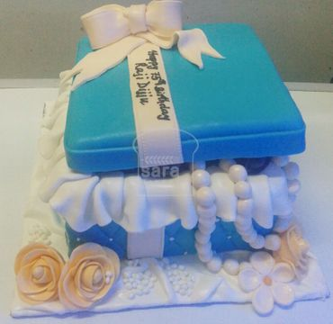 Box with Pearl Cake HR196